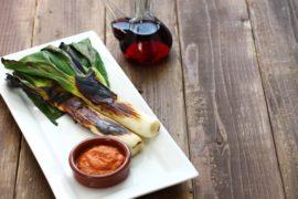 calcots-gegrillte-zwiebeln-romesco-sauce-katalonien